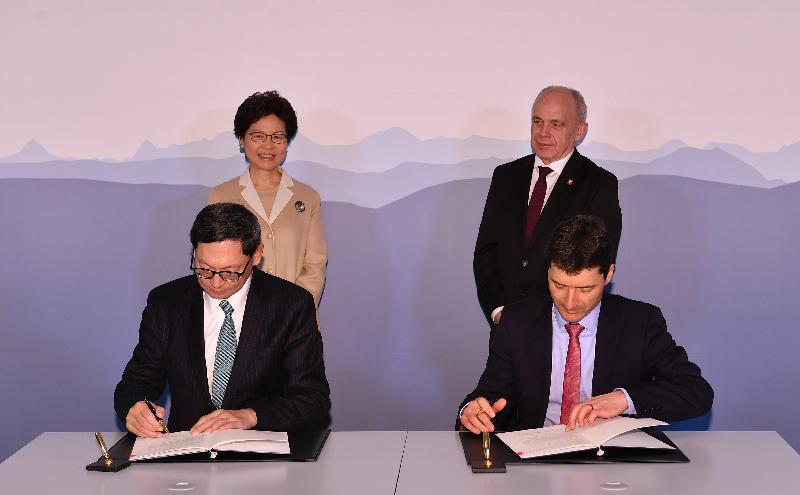 行政長官林鄭月娥今日(伯恩時間一月二十三日)前往伯恩及巴塞爾,繼續瑞士的訪問行程。圖示林鄭月娥(後排左)今早在伯恩與瑞士聯邦委員會副主席、財政部長于利.毛雷爾(後排右),見證香港金融管理局總裁陳德霖(前排左)與瑞士聯邦國際金融事務秘書處國務秘書JörgGasser(前排右)簽署有關加強金融市場發展方面合作的諒解備忘錄。