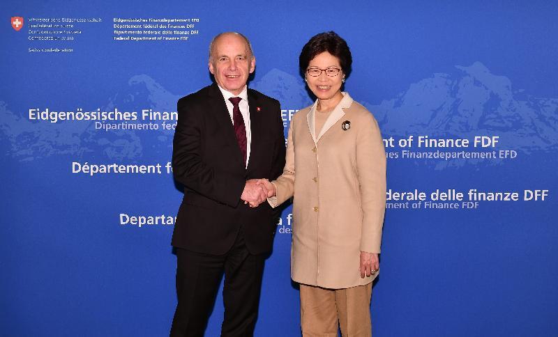 行政長官林鄭月娥今日(伯恩時間一月二十三日)前往伯恩及巴塞爾,繼續瑞士的訪問行程。圖示林鄭月娥(右)今早在伯恩與瑞士聯邦委員會副主席、財政部長于利‧毛雷爾(左)會面。