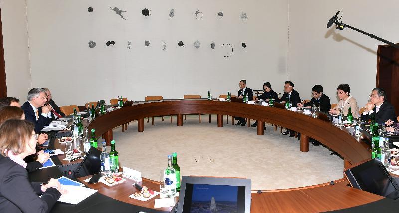 行政長官林鄭月娥今日(巴塞爾時間一月二十三日)前往伯恩及巴塞爾,繼續瑞士的訪問行程。圖示林鄭月娥(右二)和財經事務及庫務局局長劉怡翔(右一)下午在巴塞爾與羅氏集團行政總裁SeverinSchwan博士(左四)會面。