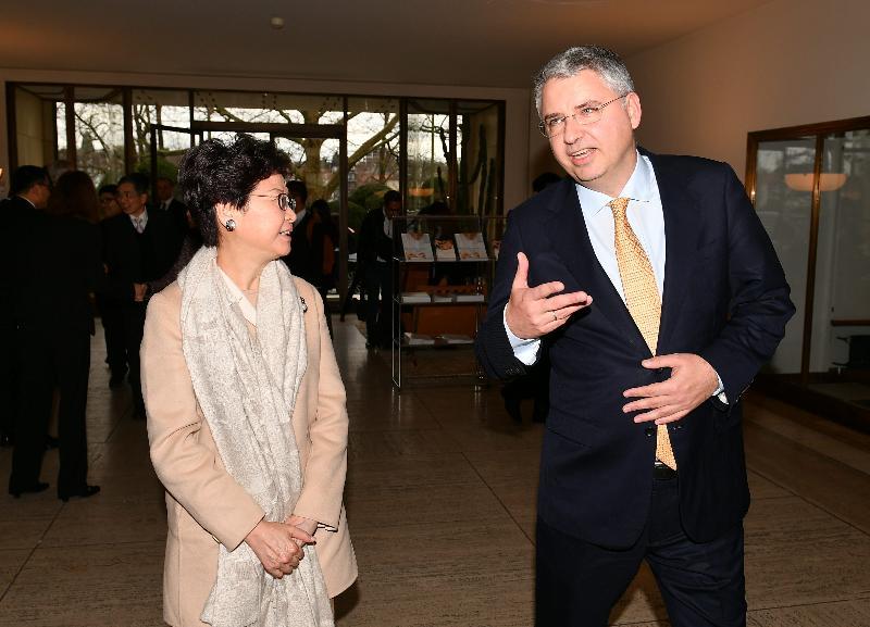行政長官林鄭月娥今日(巴塞爾時間一月二十三日)前往伯恩及巴塞爾,繼續瑞士的訪問行程。圖示林鄭月娥(左)下午在巴塞爾參觀羅氏集團。