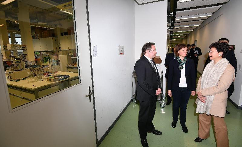 行政長官林鄭月娥今日(巴塞爾時間一月二十三日)前往伯恩及巴塞爾,繼續瑞士的訪問行程。圖示林鄭月娥(右一)下午參觀巴塞爾科技園,了解科技園培育創新科技初創企業的情況。