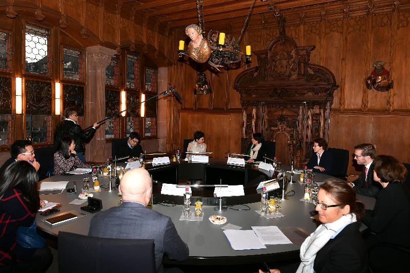 行政長官林鄭月娥今日(巴塞爾時間一月二十三日)前往伯恩及巴塞爾,繼續瑞士的訪問行程。圖示林鄭月娥傍晚與巴塞爾城市州州長伊麗莎白.阿克曼在市政廳會面。
