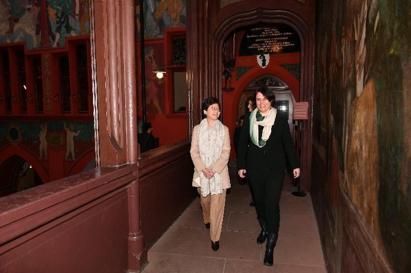 行政長官林鄭月娥今日(巴塞爾時間一月二十三日)前往伯恩及巴塞爾,繼續瑞士的訪問行程。圖示林鄭月娥(左)傍晚與巴塞爾城市州州長伊麗莎白.阿克曼(右)在市政廳會面。
