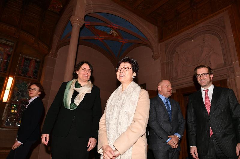 行政長官林鄭月娥今日(巴塞爾時間一月二十三日)前往伯恩及巴塞爾,繼續瑞士的訪問行程。圖示林鄭月娥(中)傍晚與巴塞爾城市州州長伊麗莎白.阿克曼(左二)在市政廳會面。