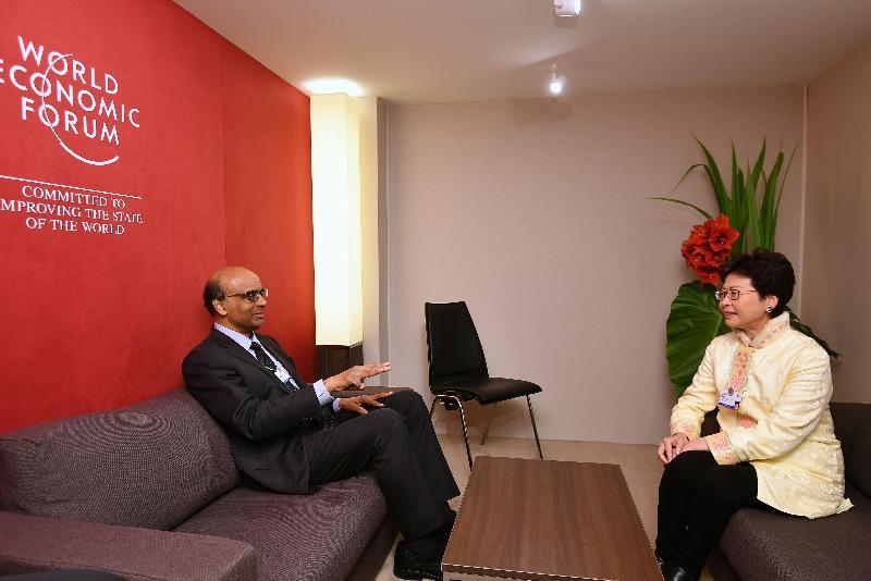 行政長官林鄭月娥今日(達沃斯時間一月二十四日)於達沃斯繼續瑞士的訪問行程。圖示林鄭月娥(右)與新加坡副總理兼經濟及社會政策統籌部長尚達曼(左)進行雙邊會議。