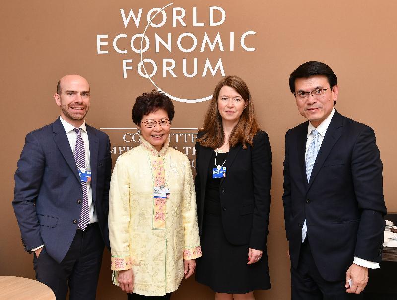 行政長官林鄭月娥今日(達沃斯時間一月二十四日)於達沃斯繼續瑞士的訪問行程。圖示林鄭月娥(左二)和商務及經濟發展局局長邱騰華(右一)與世界經濟論壇未來經濟發展事務的負責人及執行委員會成員瑪格麗塔‧德熱尼克‧阿努(右二)會面。