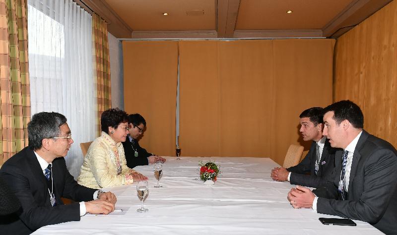行政長官林鄭月娥今日(達沃斯時間一月二十四日)於達沃斯繼續瑞士的訪問行程。圖示林鄭月娥(左二)和財經事務及庫務局局長劉怡翔(左一)與紐約證券交易所主席Thomas Farley(右二)會面。