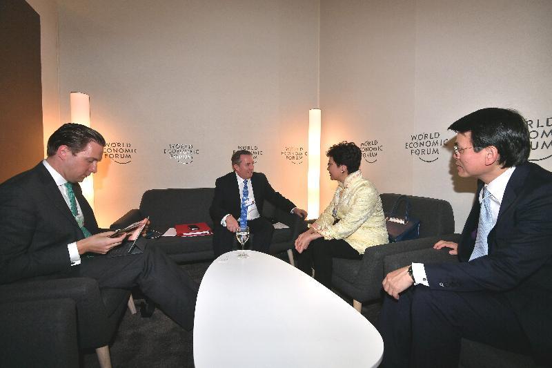 行政長官林鄭月娥今日(達沃斯時間一月二十四日)於達沃斯繼續瑞士的訪問行程。圖示林鄭月娥(右二)和商務及經濟發展局局長邱騰華(右一)與英國國際貿易大臣霍理林(左二)會面。
