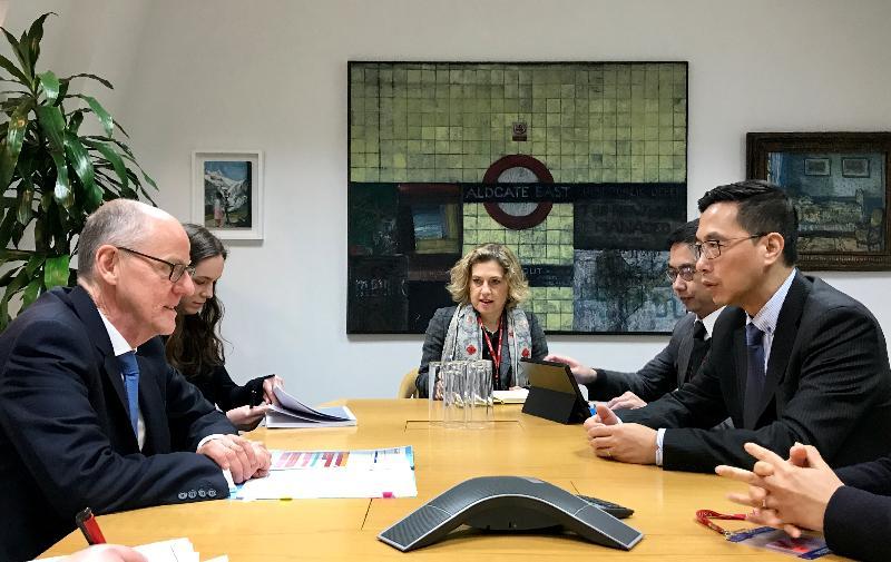 教育局局長楊潤雄(右一)昨日(倫敦時間一月二十四日)在倫敦拜會英國教育部國務大臣祈禮勤(左一),就彼此關心的議題交換意見。