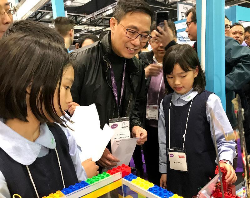 教育局局長楊潤雄(中)昨日(倫敦時間一月二十四日)在倫敦參觀英國教育科技展BETT Show,觀看四所香港學校展示STEM(即科學、科技、工程及數學)及編程教育相關作品。