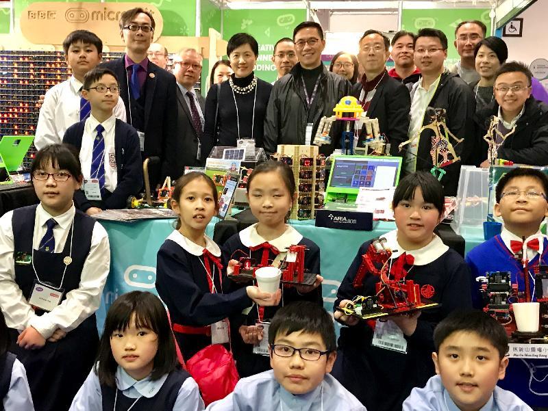 教育局局長楊潤雄(中)昨日(倫敦時間一月二十四日)在倫敦參觀英國教育科技展BETT Show,為到來展示STEM(即科學、科技、工程及數學)及編程教育相關作品的香港教師及學生打氣。