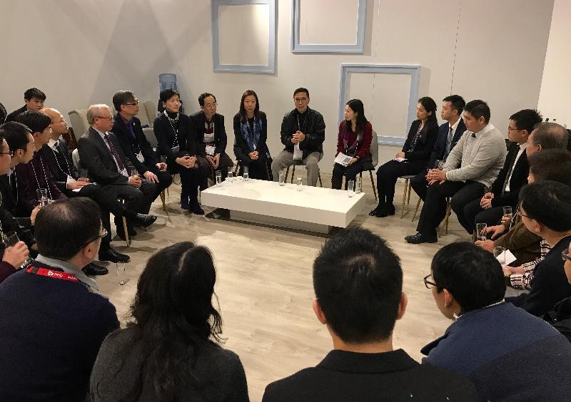 教育局局長楊潤雄(中)昨日(倫敦時間一月二十四日)在倫敦與一批正在英國參加由教育局及資訊科技教育領袖協會舉辦的考察交流團的香港教師會面,聽取他們對電子學習、STEM及編程教育的意見。