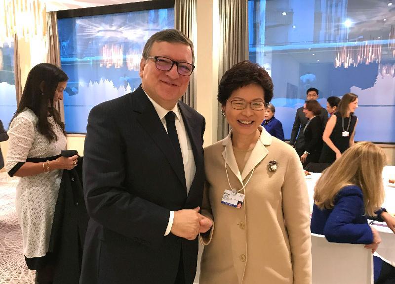 行政長官林鄭月娥今日(達沃斯時間一月二十五日)繼續在瑞士達沃斯出席世界經濟論壇年會。圖示林鄭月娥(右)在女性領袖世界論壇的早餐會上與歐盟前主席巴羅佐(左)握手。