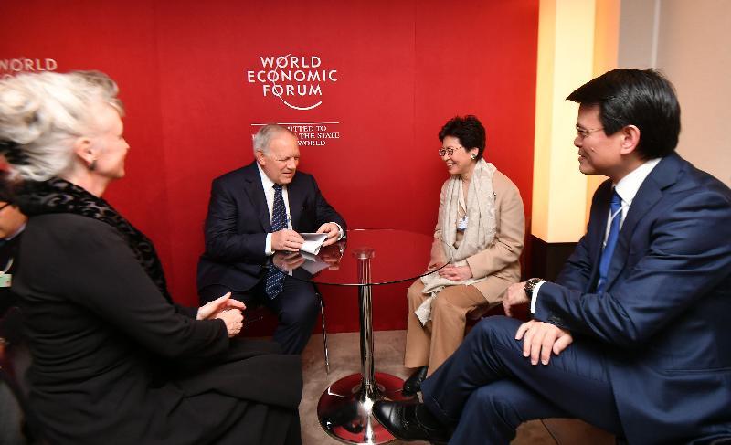 行政長官林鄭月娥今日(達沃斯時間一月二十五日)繼續在瑞士達沃斯出席世界經濟論壇年會。圖示林鄭月娥(右二)早上在商務及經濟發展局局長邱騰華(右一)陪同下,與瑞士聯邦委員會委員、瑞士聯邦經濟事務、教育及研究部首長Johann Schneider-Ammann(左二)舉行雙邊會議。