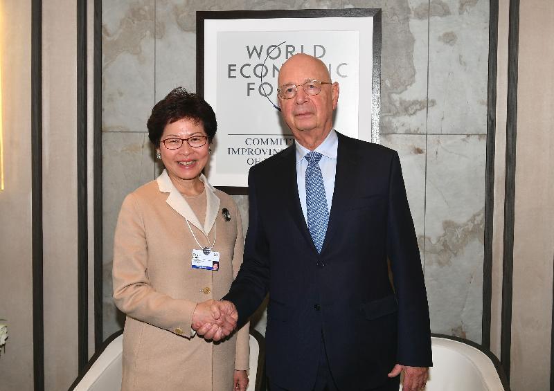 行政長官林鄭月娥今日(達沃斯時間一月二十五日)繼續在瑞士達沃斯出席世界經濟論壇年會。圖示林鄭月娥(左)下午會晤世界經濟論壇創辦人及執行主席KlausSchwab教授(右)。