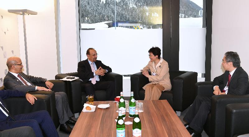 行政長官林鄭月娥今日(達沃斯時間一月二十五日)繼續在瑞士達沃斯出席世界經濟論壇年會。圖示林鄭月娥(右二)下午在財經事務及庫務局局長劉怡翔(右一)陪同下,與沙特阿拉伯能源、工業和礦產大臣法利赫(左二)及財政大臣穆罕默德·賈丹(左一)會面。