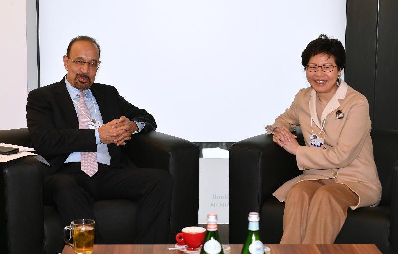 行政長官林鄭月娥今日(達沃斯時間一月二十五日)繼續在瑞士達沃斯出席世界經濟論壇年會。圖示林鄭月娥(右)下午與沙特阿拉伯能源、工業和礦產大臣法利赫(左)會面。