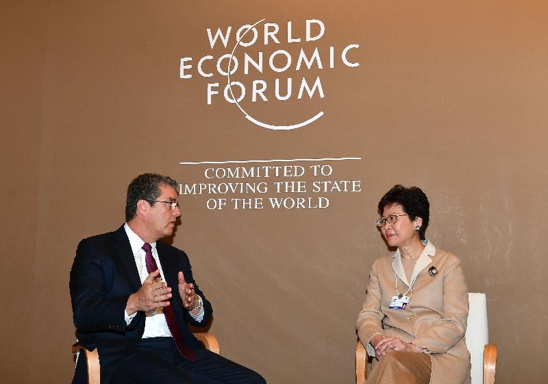 行政長官林鄭月娥今日(達沃斯時間一月二十五日)繼續在瑞士達沃斯出席世界經濟論壇年會。圖示林鄭月娥(右)下午與世界貿易組織總幹事羅伯托.阿澤維多(左)會面。
