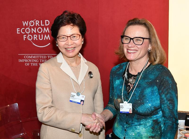 行政長官林鄭月娥今日(達沃斯時間一月二十五日)繼續在瑞士達沃斯出席世界經濟論壇年會。圖示林鄭月娥(左)下午與默克醫療保健行政總裁BelénGarijo會面(右)。