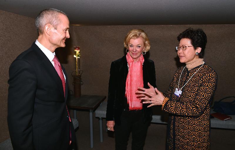 行政長官林鄭月娥今日(達沃斯時間一月二十六日)繼續在瑞士達沃斯出席世界經濟論壇年會。圖示林鄭月娥(右一)早上與貝塔斯曼基金會副主席 Liz Mohn(中)會面。