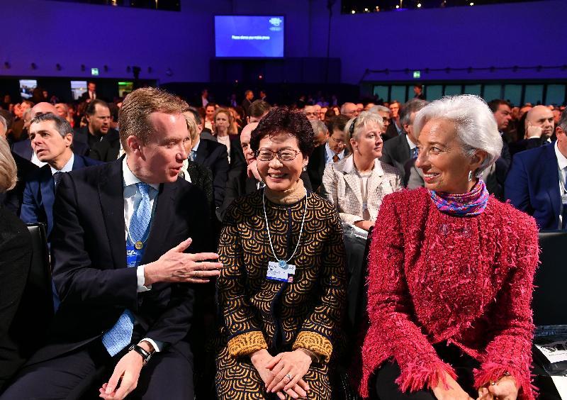 行政長官林鄭月娥今日(達沃斯時間一月二十六日)繼續在瑞士達沃斯出席世界經濟論壇年會。圖示林鄭月娥(中)下午出席美國總統特別演說環節時,與國際貨幣基金組織總裁拉加德(右一)和世界經濟論壇總裁Borge Brende(左一)交談。
