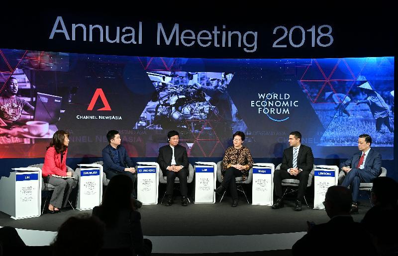行政長官林鄭月娥今日(達沃斯時間一月二十六日)繼續在瑞士達沃斯出席世界經濟論壇年會。圖示林鄭月娥(右三)上午在有關「亞洲與第四次工業革命」的環節中發言。