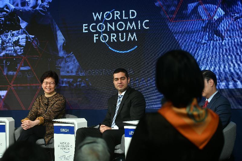 行政長官林鄭月娥今日(達沃斯時間一月二十六日)繼續在瑞士達沃斯出席世界經濟論壇年會。圖示林鄭月娥(左一)上午在有關「亞洲與第四次工業革命」的環節中,聆聽台下發問。