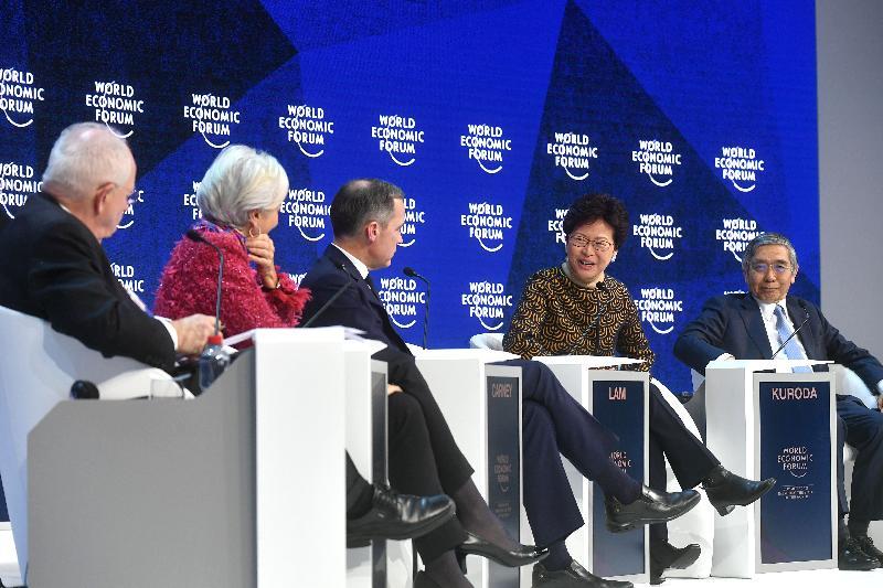 行政長官林鄭月娥今日(達沃斯時間一月二十六日)繼續在瑞士達沃斯出席世界經濟論壇年會。圖示林鄭月娥(右二)下午在有關全球經濟展望的環節中發言。