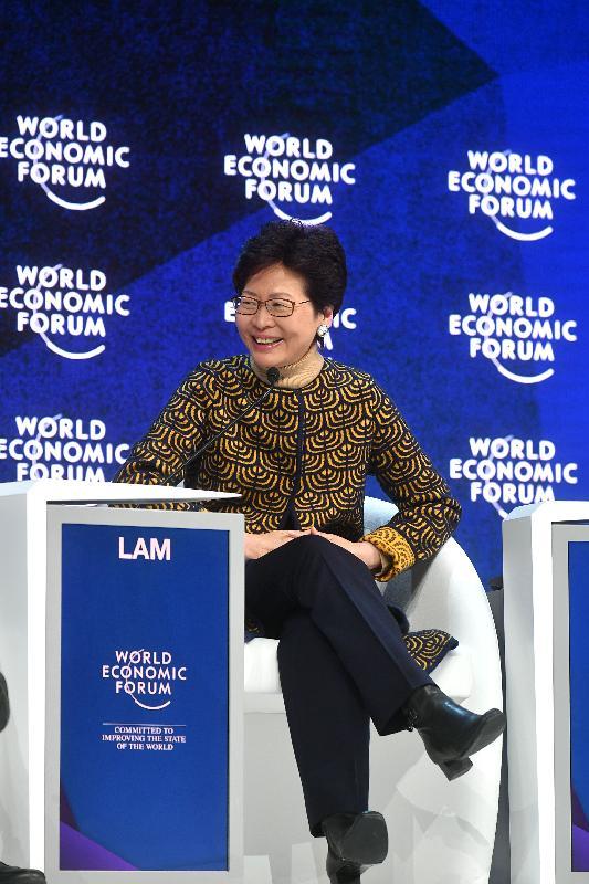 行政長官林鄭月娥今日(達沃斯時間一月二十六日)繼續在瑞士達沃斯出席世界經濟論壇年會。圖示林鄭月娥下午在有關全球經濟展望的環節中發言。
