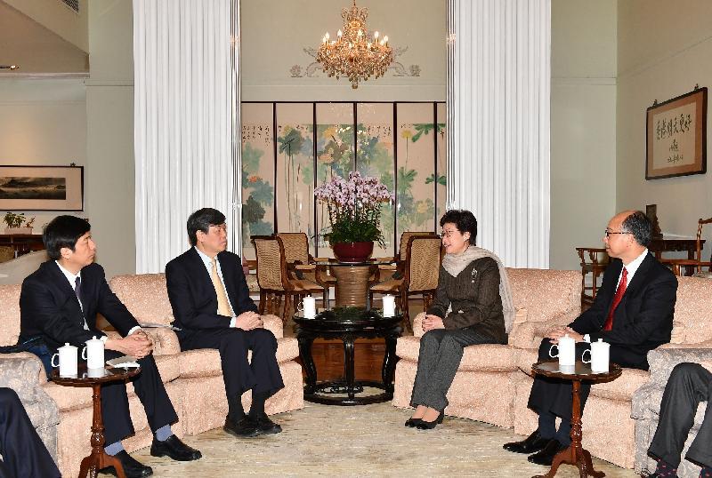 行政長官林鄭月娥(右二)今日(一月二十九日)在禮賓府與中國鐵路總公司總經理陸東福(左二)會面,旁為運輸及房屋局局長陳帆(右一)及中國鐵路總公司辦公廳主任韓江平(左一)。