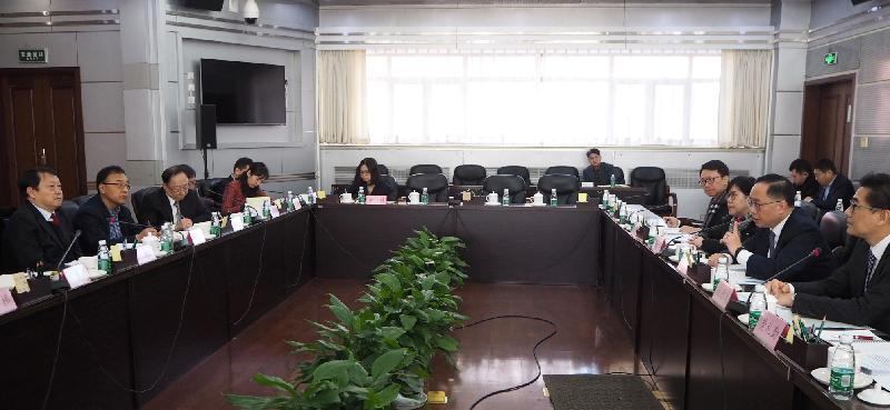創新及科技局局長楊偉雄(右二)今日上午(一月二十九日)在北京與科學技術部副部長黃衛(左一)舉行會議,討論自去年十一月內地與香港科技合作委員會會議後的工作安排。旁為創新科技署署長蔡淑嫻(右三)和政府資訊科技總監楊德斌(右一)。