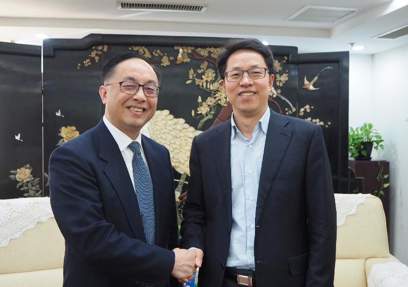 創新及科技局局長楊偉雄(左)今日(一月二十九日)上午在北京拜訪國務院港澳事務辦公室,與主任張曉明(右)禮節性會面。