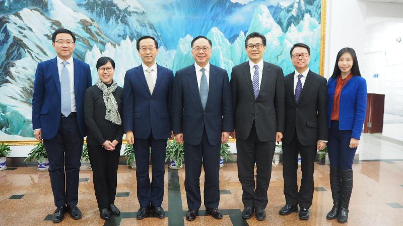 創新及科技局局長楊偉雄(中)今日(一月二十九日)在北京與中國科學院副院長張杰(左三)會面,創新科技署署長蔡淑嫻(左二)和政府資訊科技總監楊德斌(右三)亦有出席。
