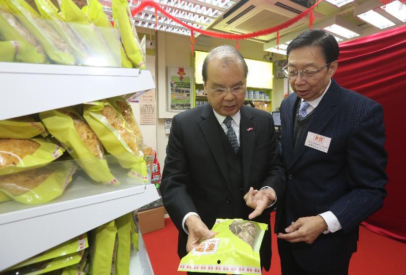 政務司司長張建宗(左)今日(一月二十九日)參觀家園便利店九龍城分店。