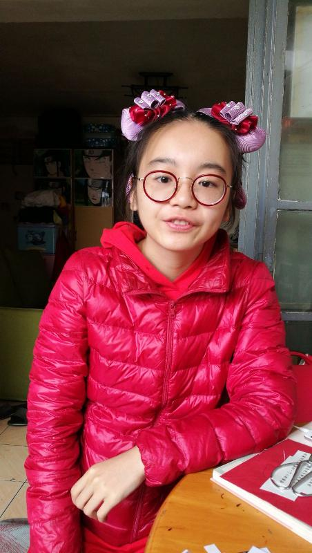 Tai Lok-ting, aged 18, is about 1.5 metres tall, 50 kilograms in weight and of medium build. She has a pointed face with yellow complexion and long straight black hair. She was last seen wearing a red shirt, red trousers, red shoes and carrying a red shoulder bag.