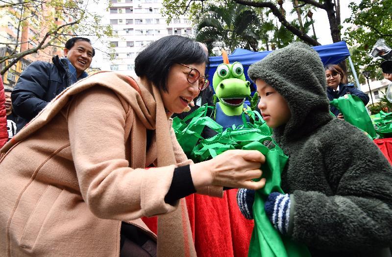 食物及衞生局局長陳肇始教授今日(一月三十一日)到訪大埔區,向巿民派發清潔包和宣傳單張,呼籲他們保持個人及環境衞生。