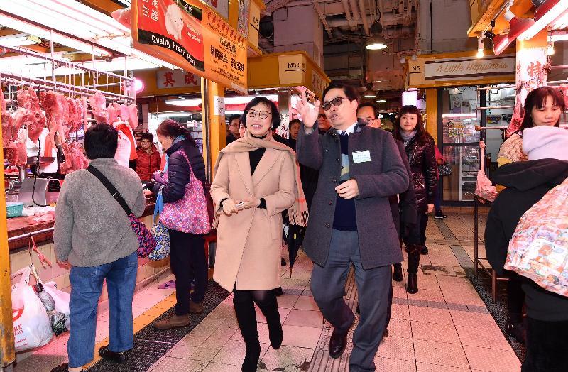 食物及衞生局局長陳肇始教授(左)今日(一月三十一日)視察大埔墟街市的設施及了解商販經營情況。