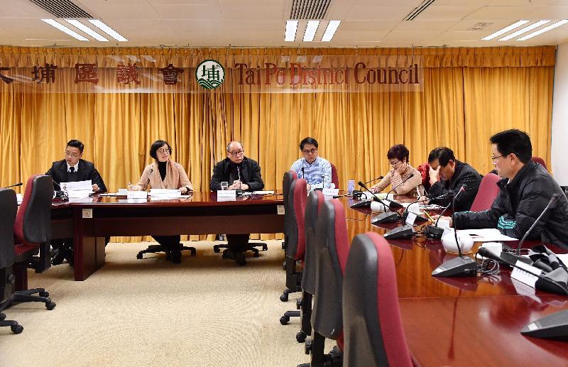 食物及衞生局局長陳肇始教授(左二)今日(一月三十一日)與大埔區議會主席張學明(左三)、副主席黃碧嬌(左五)及區議員會面,聽取他們對區內醫療及環境衞生事務的意見。