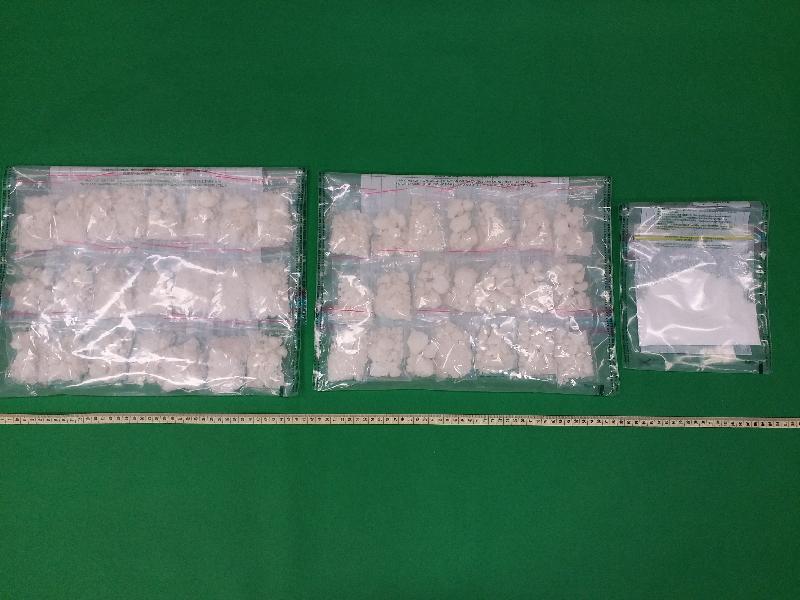 香港海關昨日(一月三十日)在大埔檢獲約一公斤懷疑霹靂可卡因(左及中)及約五十克懷疑可卡因(右),估計市值約一百四十萬元。
