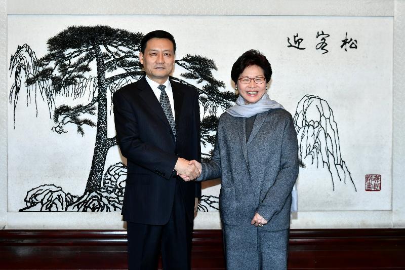 行政長官林鄭月娥(右)今日(二月一日)在北京與國務院國有資產監督管理委員會主任、黨委副書記肖亞慶會面。圖示二人於會面前握手。