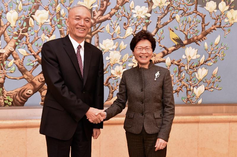 行政長官林鄭月娥(右)今日(二月一日)在北京與北京市委書記蔡奇會面。圖示二人於會面前握手。