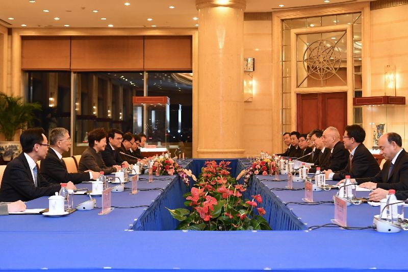 行政長官林鄭月娥(左三)今日(二月一日)在北京與北京市委書記蔡奇(右三)會面,商務及經濟發展局局長邱騰華(左四)、財經事務及庫務局局長劉怡翔(左二)和政制及內地事務局局長聶德權(左一)亦有出席。