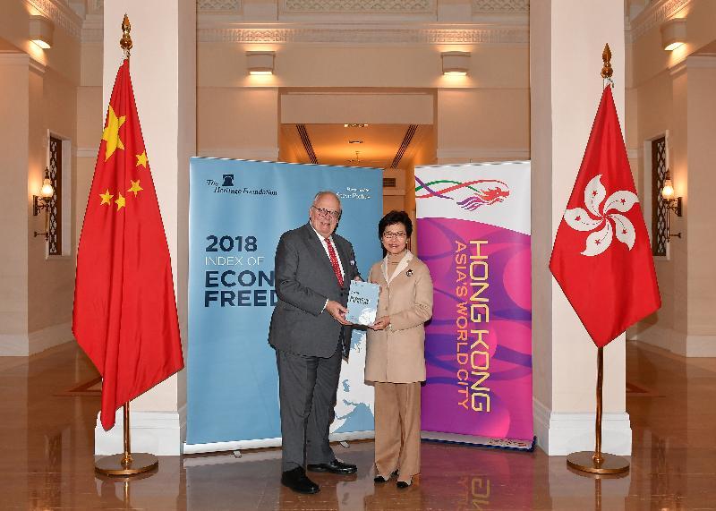 行政長官林鄭月娥(右)一月三十一日在禮賓府從美國傳統基金會創辦人傅爾納博士手上接過二○一八年《經濟自由度指數》報告。林鄭月娥歡迎美國傳統基金會再度評選香港為全球最自由經濟體。傳統基金會自一九九五年開始公布《經濟自由度指數》報告以來,香港已連續二十四年獲此殊榮。