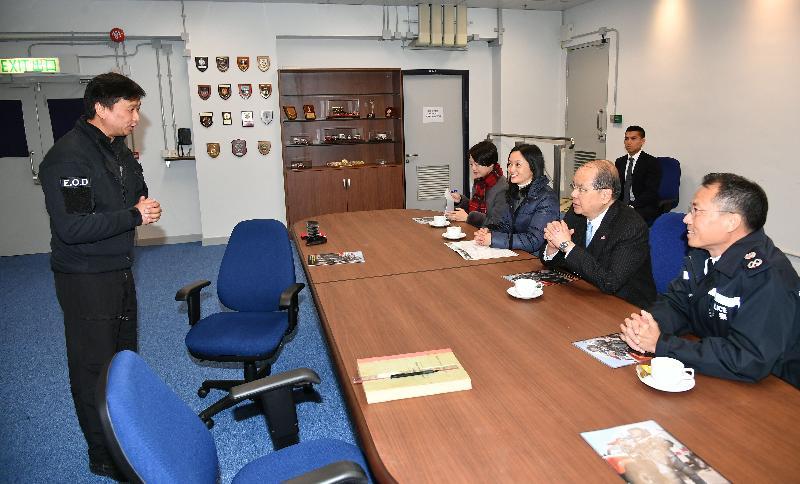 政務司司長張建宗(右二)今日(二月二日)到訪香港警務處爆炸品處理課,並聽取高級炸彈處理主任周錫健(左一)講解該課的工作。旁為警務處副處長(行動)劉業成(右一)。