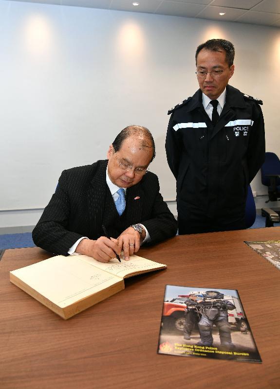 政務司司長張建宗今日(二月二日)到訪香港警務處爆炸品處理課。圖示張建宗(左)在警務處副處長(行動)劉業成陪同下簽署訪客紀念冊。