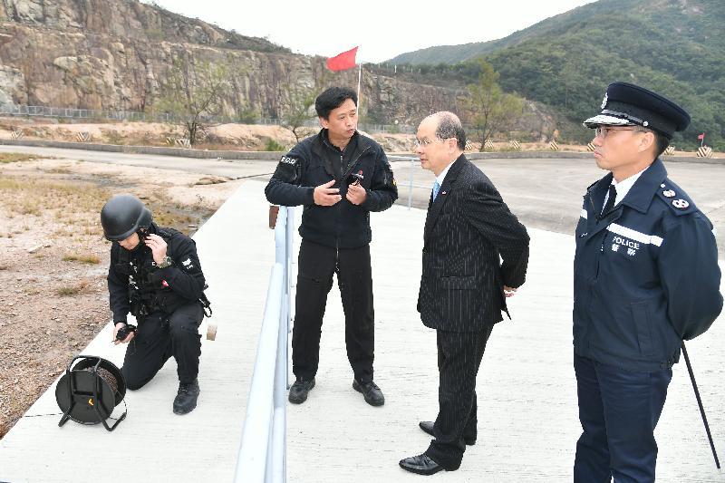政務司司長張建宗(右二)今日(二月二日)在警務處副處長(行動)劉業成(右一)陪同下,由高級炸彈處理主任周錫健(左二)展示爆炸品的威力。