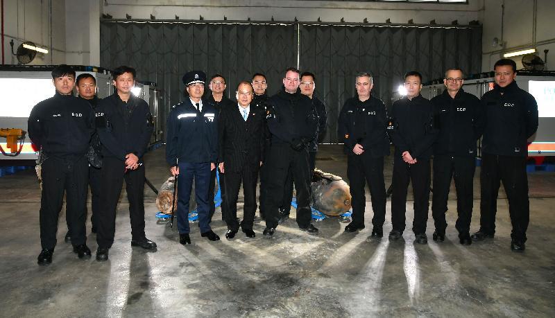 政務司司長張建宗今日(二月二日)到訪香港警務處爆炸品處理課。圖示張建宗(前排左四)與警務處副處長(行動)劉業成(前排左三)及參與本周炸彈處理行動的人員合照。