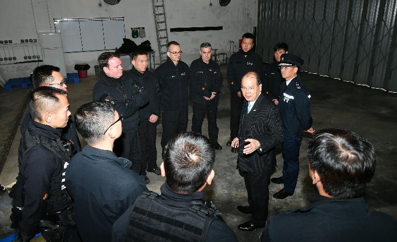 政務司司長張建宗(右二)今日(二月二日)到訪香港警務處爆炸品處理課,並在警務處副處長(行動)劉業成(右一)陪同下與參與本周炸彈處理行動的人員會面。