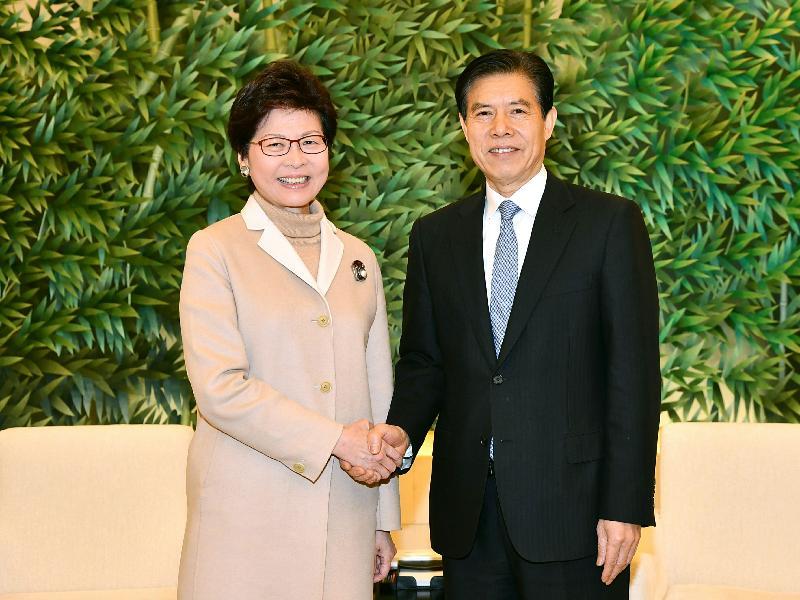 行政長官林鄭月娥(左)今日(二月二日)在北京與商務部部長鍾山會面。圖示二人於會面前握手。