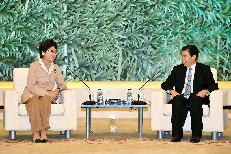 行政長官林鄭月娥(左)今日(二月二日)在北京與商務部部長鍾山會面。